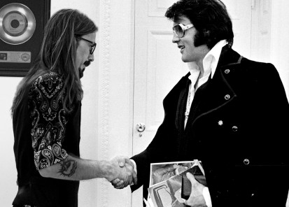 380450 08: President Richard Nixon shakes hands with Elvis Presley December 21, 1970 at the White House. (Photo by National Archive/Newsmakers)